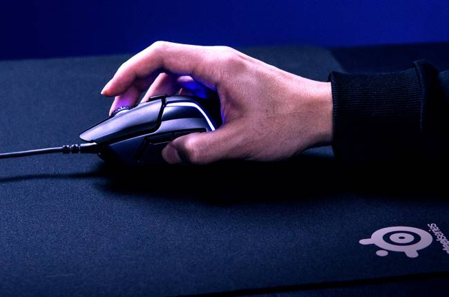 SteelSeries' new gaming mouse won't skip when you pick it up